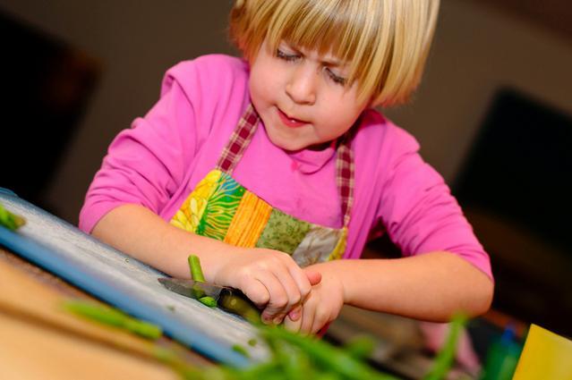 utilizzare utensili da cucina e posate