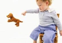 bambino lancia gli oggetti