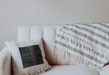 come smacchiare il divano