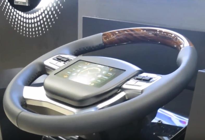 Oled display integrato nel volante