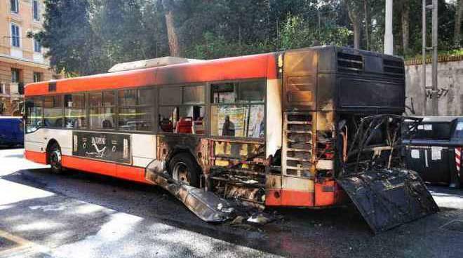 Atac bus fiamme