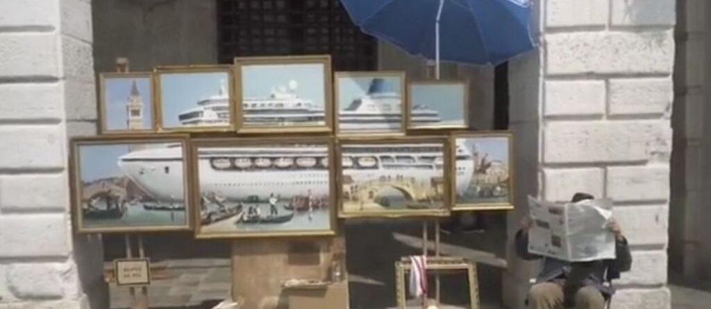 Banksy espone a Piazza San Marco, allontanato dalla polizia municipale