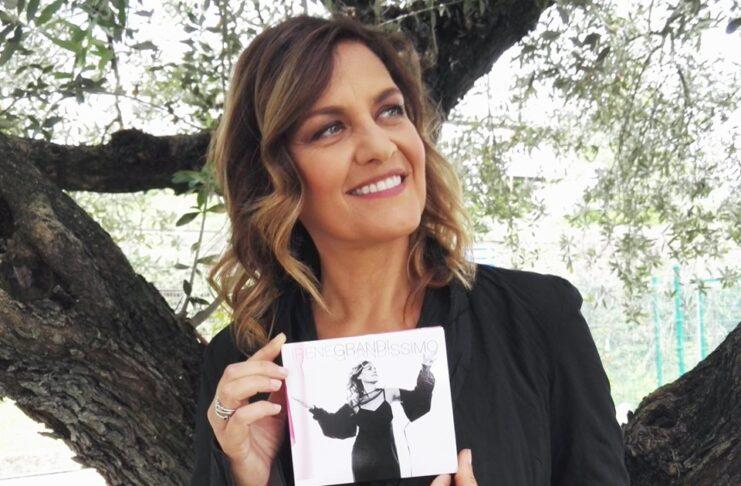 Alla Mondadori di piazza Duomo a Milano Irene Grandi autografa le copie di Grandissimo