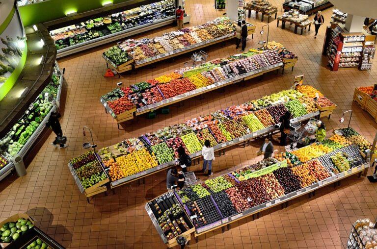 Sprechiamo il cibo come se vivessimo nell'opulenza e continuiamo a lamentarci