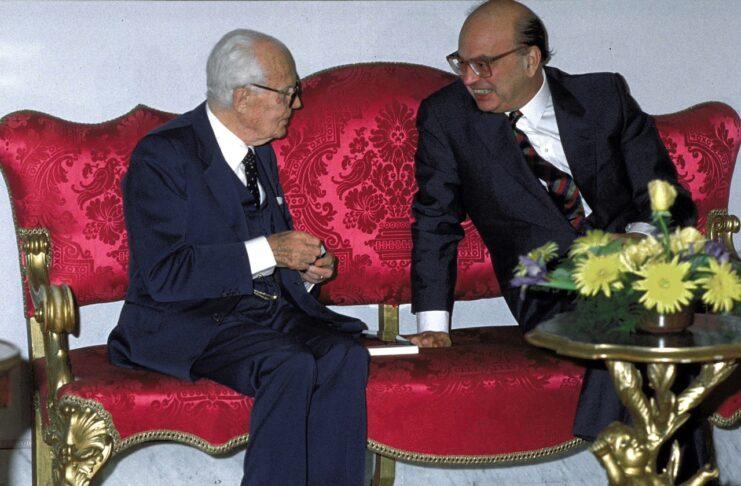 Sandro Pertini e Bettino Craxi a Palazzo Chigi in occasione dei 90 anni di Pertini