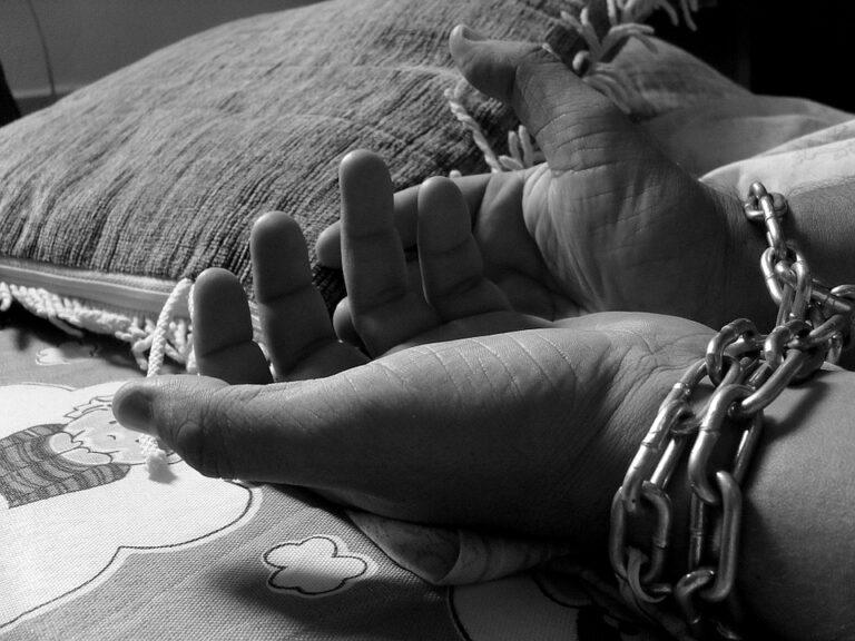Oggi è la giornata internazionale contro la tratta di esseri umani: fenomeno in crescita in Italia