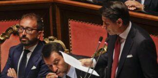 Salvini bacia il rosario durante intervento Conte