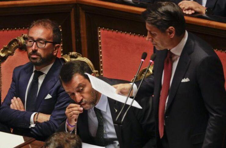 Сальвини целует четки во время вмешательства Конте