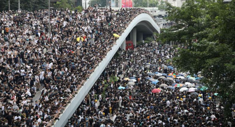 I contestatori in pericolo, ora la polizia comunista comincia a sparare