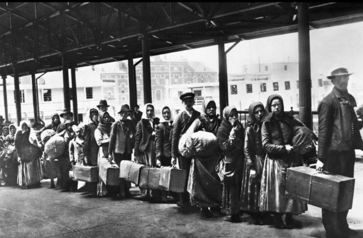 Migranti-a-Ellis-Island-1892
