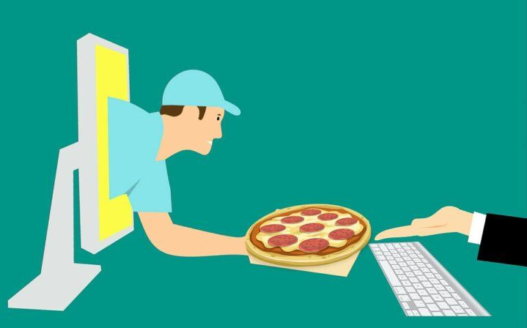 Aumentano gli ordini di cibo a domicilio e cresce l'on line