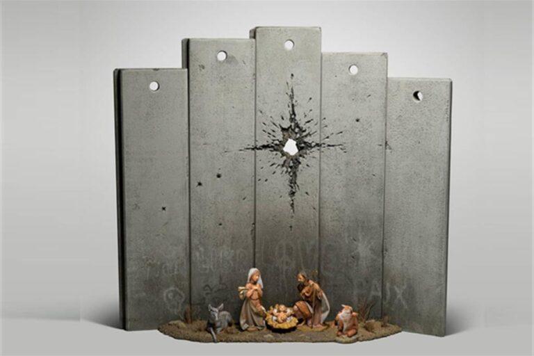 """Banksy e il suo Natale. A Betlemme una """"Natività modificata"""""""