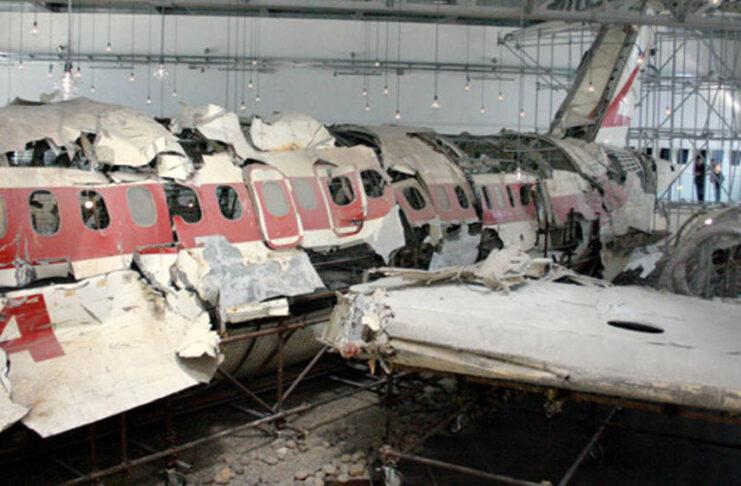 I resti dell'aereo Itavia ricostruito in un hangar