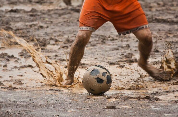 La partita infinita dei calciatori di Arua.