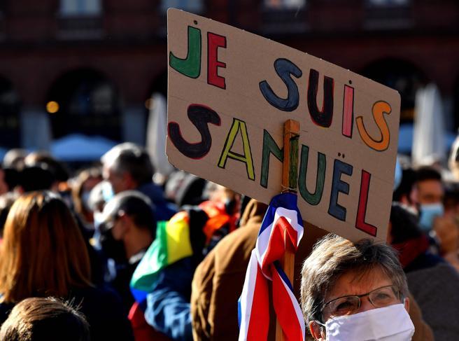 Parigi: a migliaia sfilano in omaggio al professore decapitato da un diciottenne | Moondo