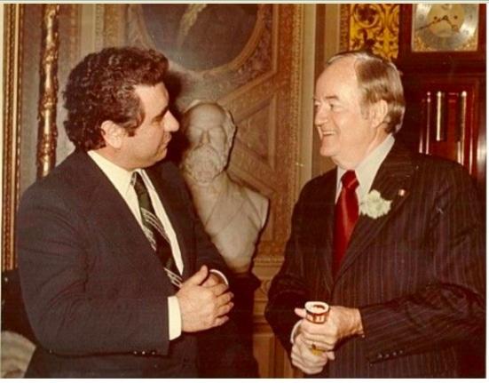 Benny mentre intervista il vice presidente Usa, Hubert Humphrey nel periodo 1965-69 sotto Lyndon Johnson.