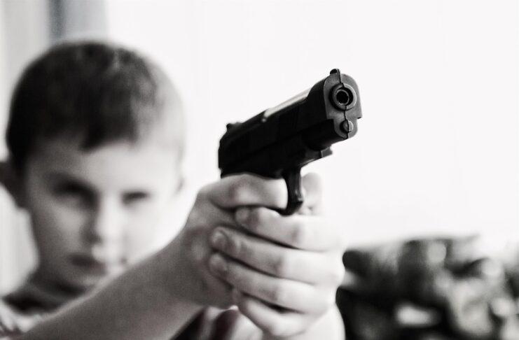 bambino spara