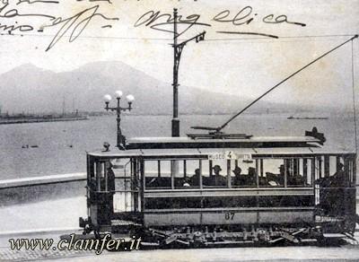 tram napoli con sfondo vesuvio